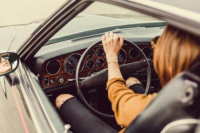 女性が車の運転をしている